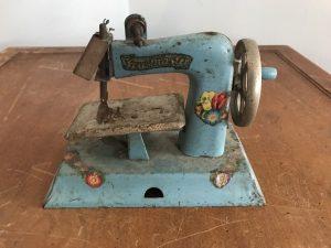 vintage sew master metal sewing machine-min